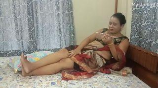 बॉयफ्रेंड का लंड चूत में घुसाकर पलंगतोड़ चुदाई करती लड़की
