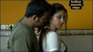 चुदासी की मारी जोर-जोर से हस्तमैथुन करती बीवी को पति ने फिल्माया